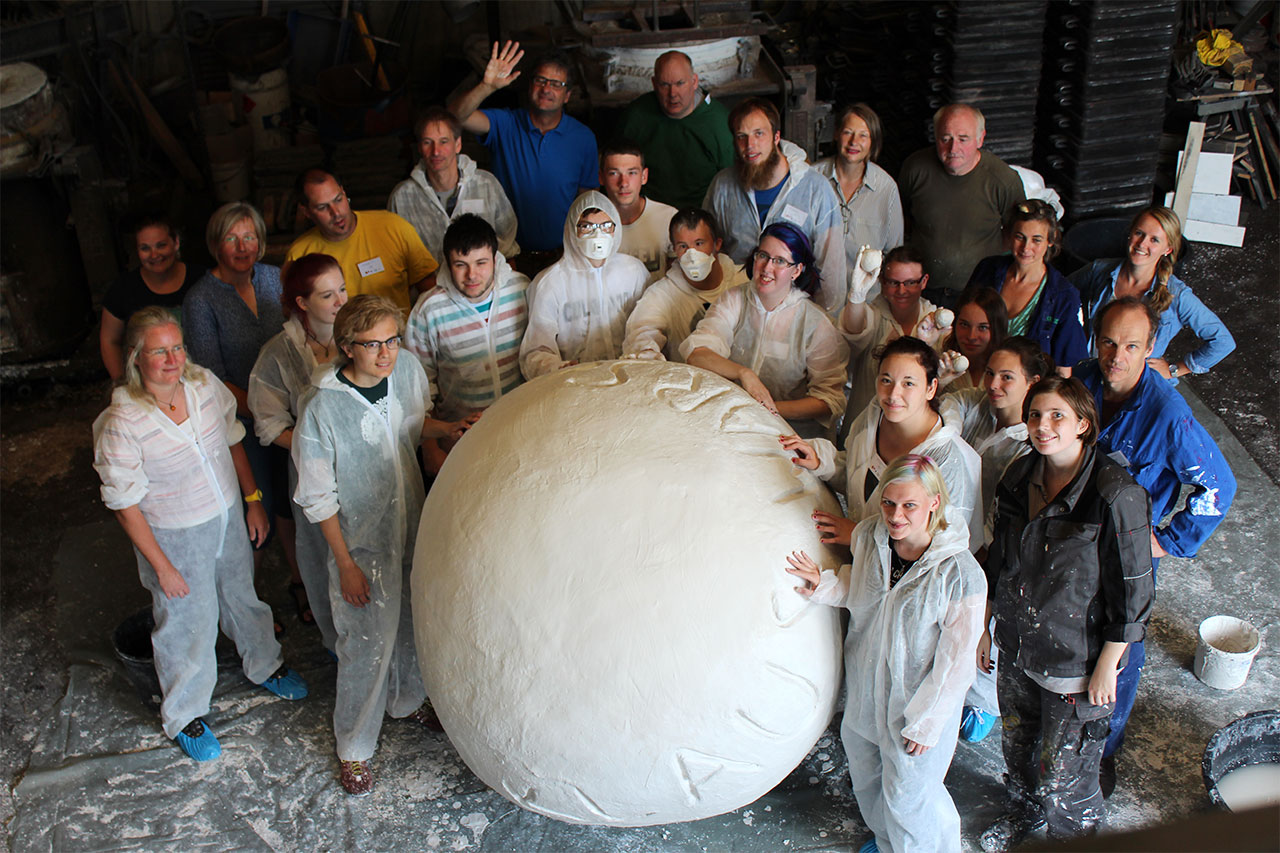 Group photo during sculpture preparation at the Anft Foundry - Photo: Petra Oelck, Unternehmenskommunikation, Alexianer Münster GmbH.